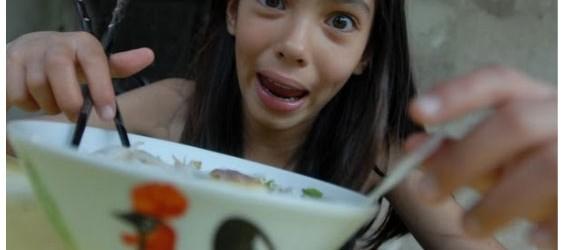 """Elisa : Voilà la tête que je fais quand je mange du Phở. Je rentre littéralement en transe … C'est une photo qui date. Je dois avoir 10 ans. Depuis...<div class=""""addthis_toolbox addthis_default_style addthis_"""" addthis:url='http://ba-noi.com/blog/jadore-le-ph%e1%bb%9f/' addthis:title='J'adore le Phở ' ><a class=""""addthis_button_preferred_1""""></a><a class=""""addthis_button_preferred_2""""></a><a class=""""addthis_button_preferred_3""""></a><a class=""""addthis_button_preferred_4""""></a><a class=""""addthis_button_compact""""></a></div>"""